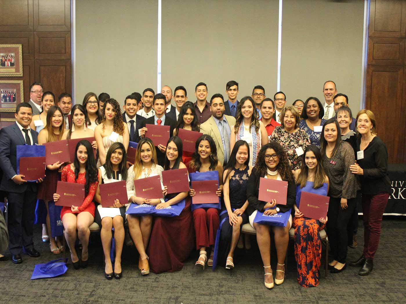 Panameños se gradúan con honores de la Universidad de Arkansas